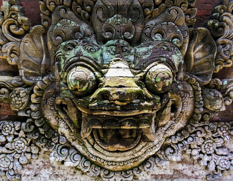 Лепнина в храме на острове Бали