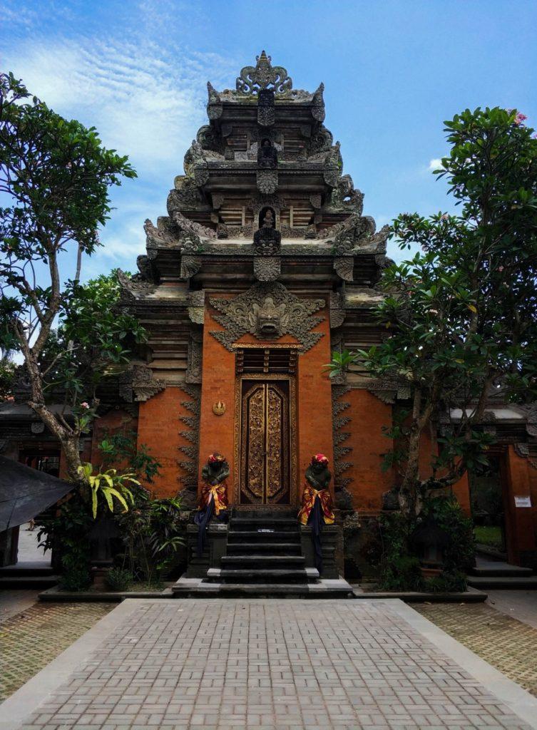 Храм в городе Убуд, Бали