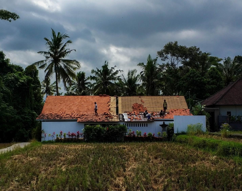 Местные жители Бали кроют крышу черепицей