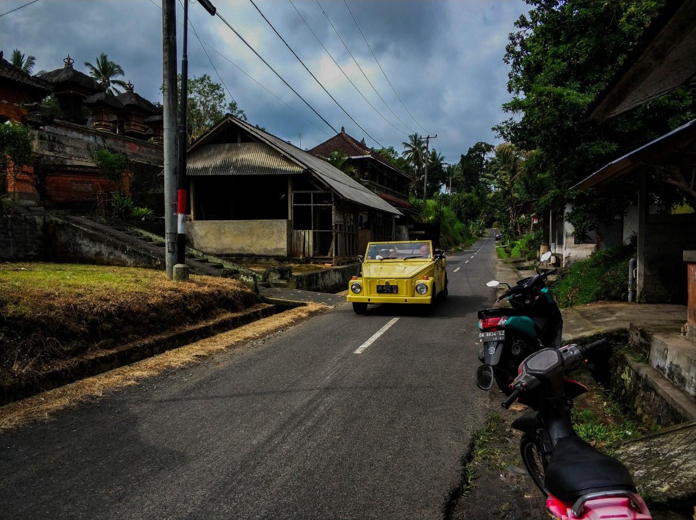 Смешная желтая машина на острове Бали