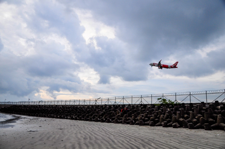 Самолет на взлете в аэропорту Нгурах-Рай, Бали