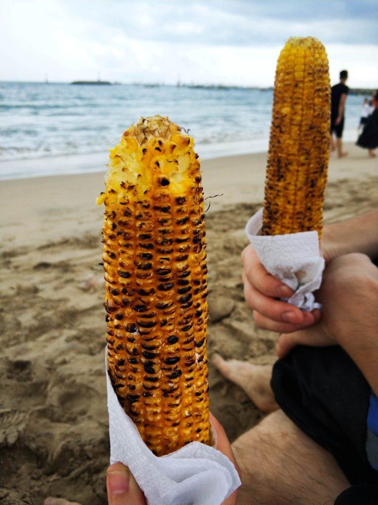 Жареная на гриле кукураза на пляже Бали