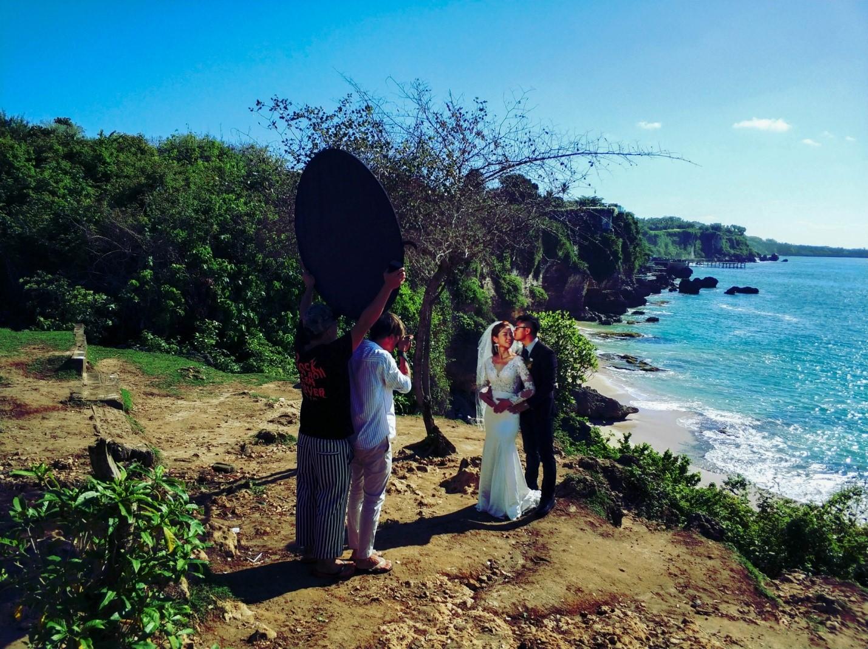 Свадебные фотографии на Бали на фоне океана