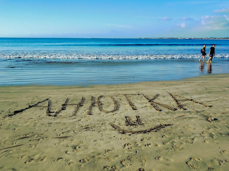 Надпись Анютка на песке на пляже на Бали