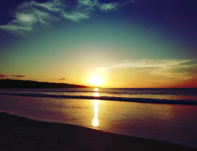 Закат на пляже на Бали, океан