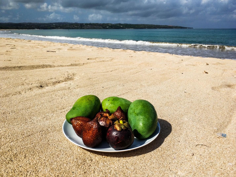 Завтрак фруктами на пляже Бали
