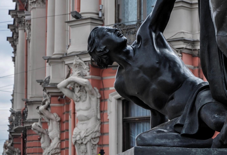 Статуя в районе Аничкова моста, Санкт-Петербург