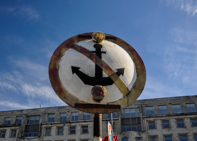 Знак в Питере на набережной