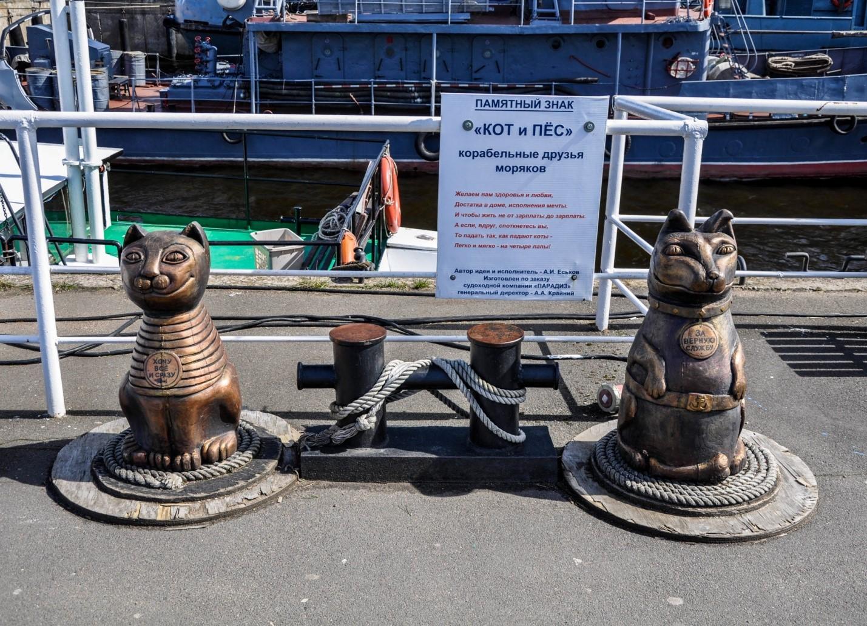 Памятник коту и псу в Кронштадте