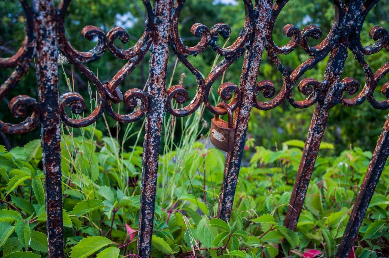 Старый ржавый забор