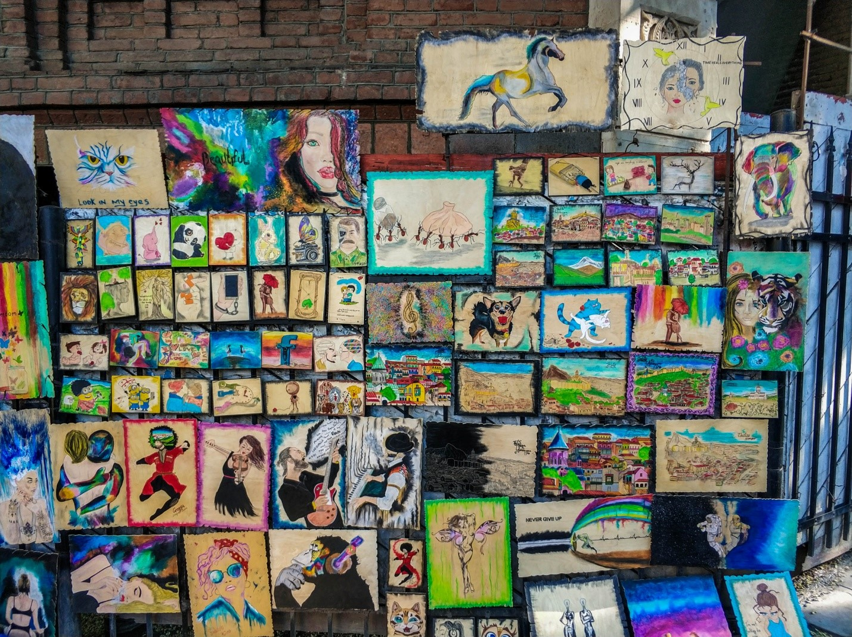 Картины на рынке в старом Тбилиси