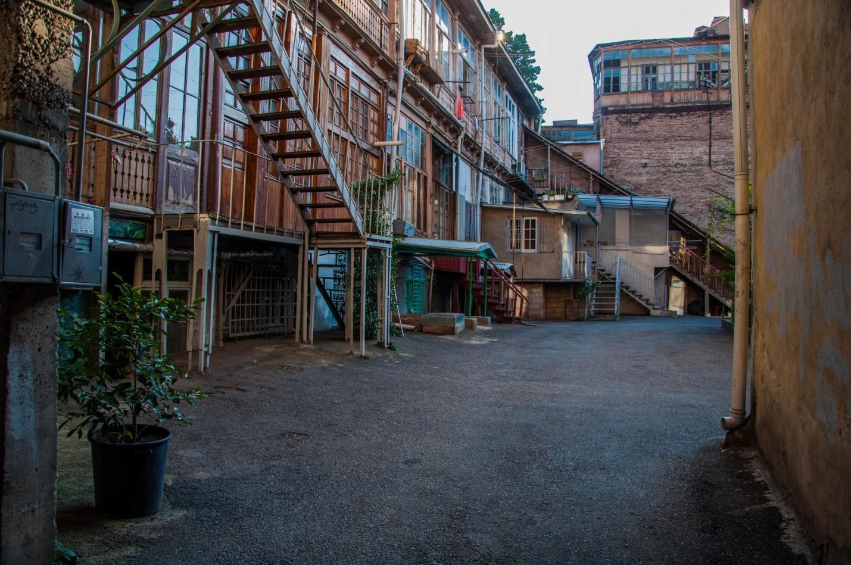 Балконы Тбилиси, уютный двор