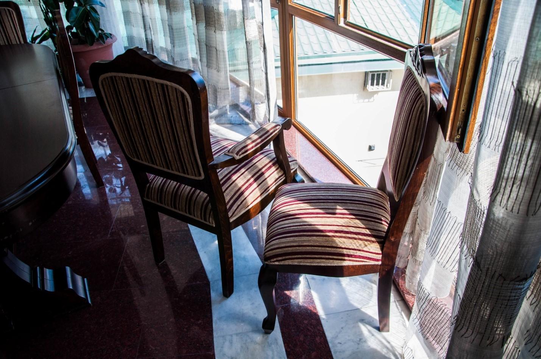 Массивные деревянные стулья