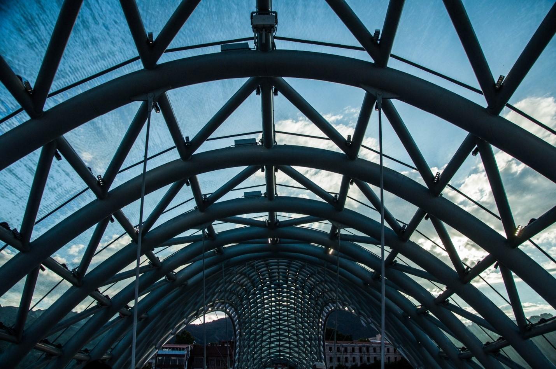 Необычная архитектура Тбилиси, Мост Мира