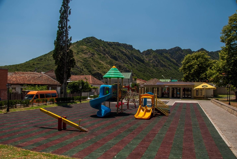 Детская площадка на улице Мцхеты, Грузия