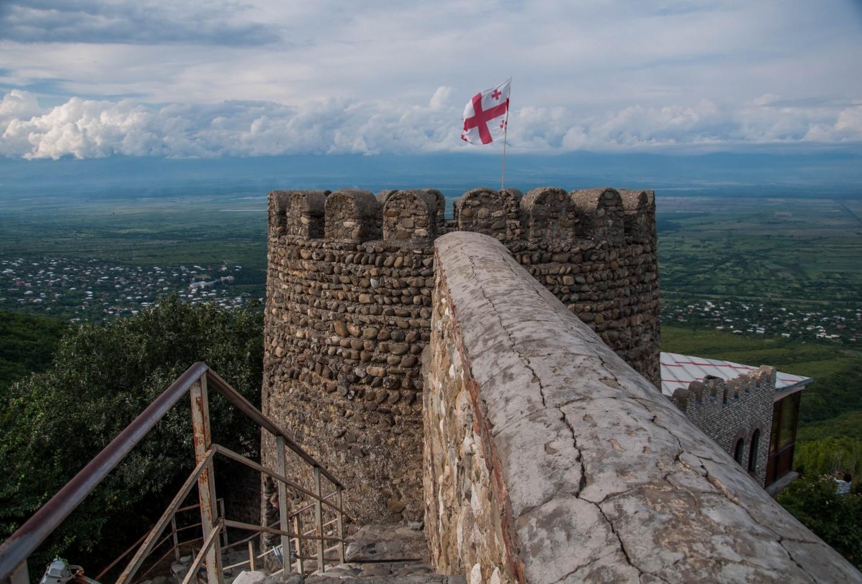 Крепостная стена в Сигнахи и вид на Алазанскую долину, Грузия