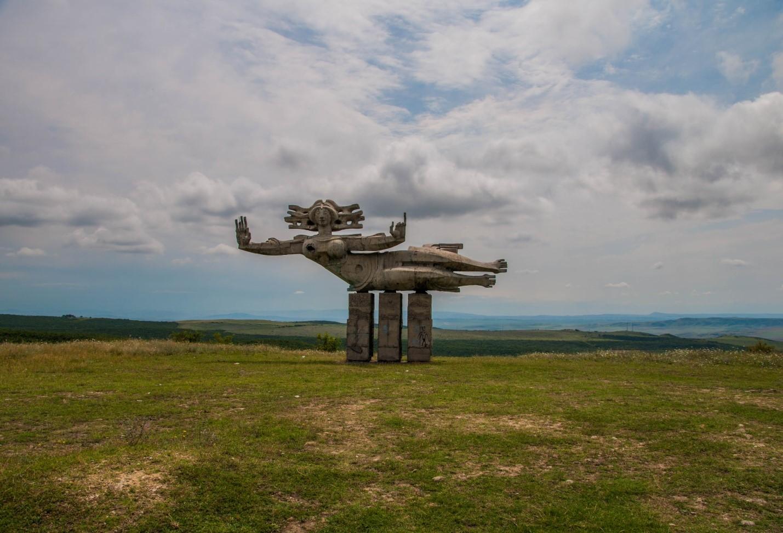 Скульптура летящей женщине, Кахетия, Грузия